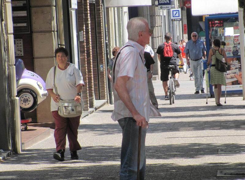 Girona. Bicicletes per sobre la vorera en un tram del carrer de Santa Eugènia de Girona.