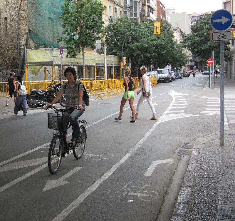 Fotografies de bicis a diversos punts de Girona. Mou-te en Bici ha detectat múltiples espais amb problemes pels ciclistes. bicicletes, bici, vorera.