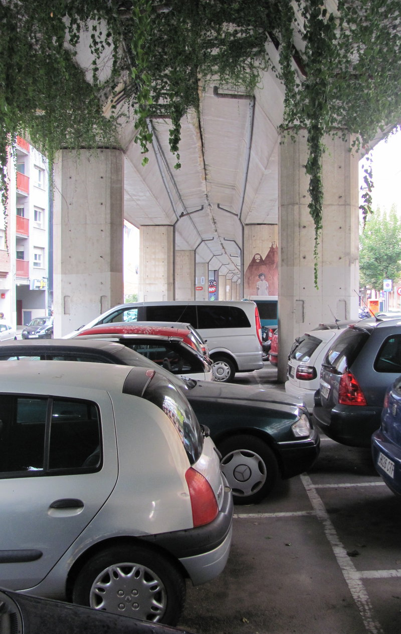Girona. Pàrquing. Aparcaments. Sota viaducte. Projecte de carril bici a Bonastruc de Porta.