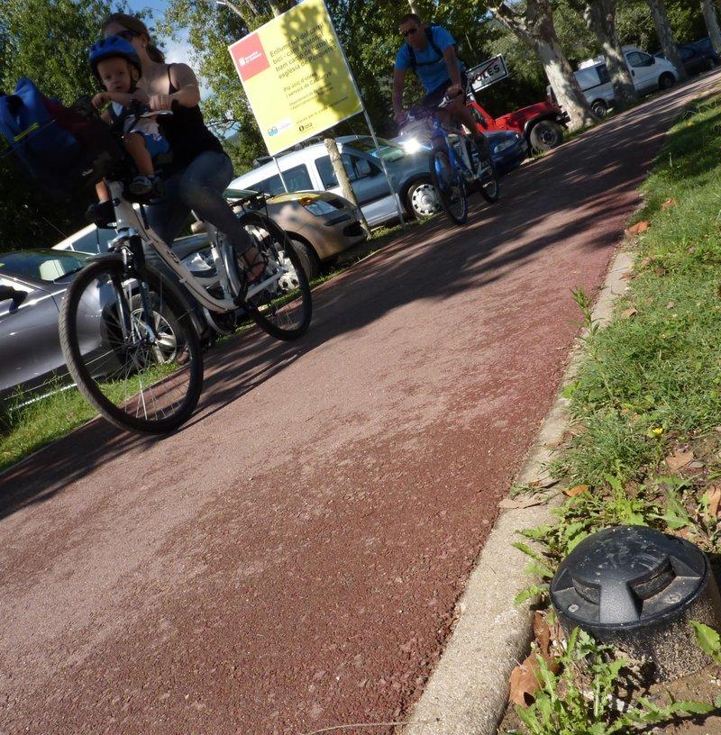 Banyoles. Porqueres. Estany. Llums arran de terra que marquen el camí del carril bici i del carril de vianants.