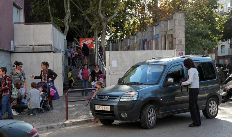 Girona Pares i mares recollin els nens a l'escola Bruguera de Girona, amb cotxe, provocant cues i problemes de trànsit