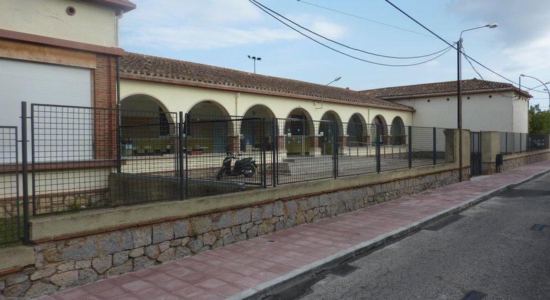 Cassà de la Selva. Escola Puig d'Arques. Vorera ampliada al carrer Hospital  i façana de l'escola