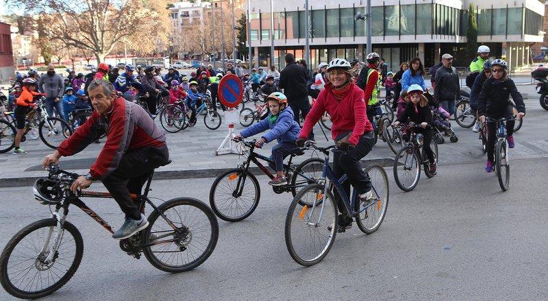 Girona. Bicicletada de Reis de Mou-te en Bici. Surten de la plaça del Lleó.