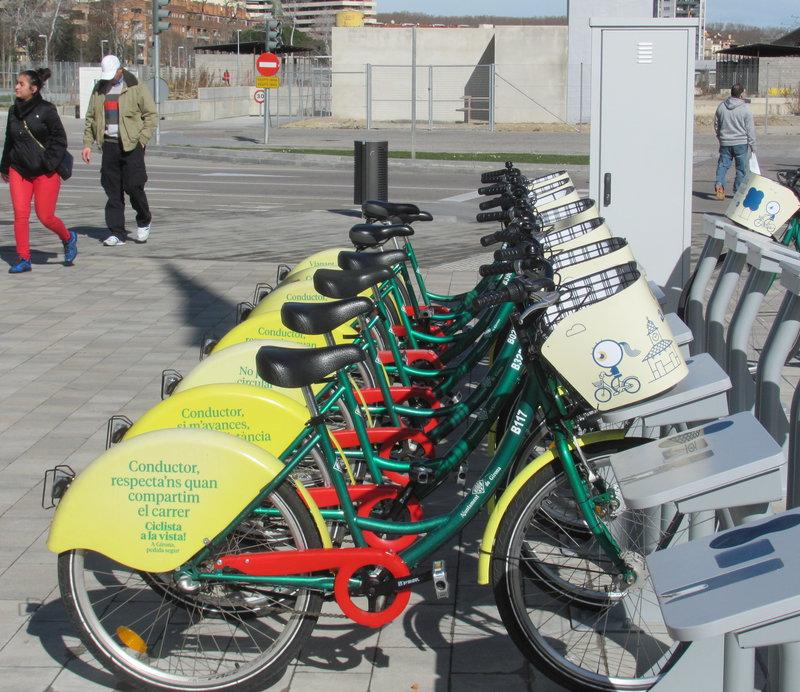 Girona. Bicis. Estació de Girocleta de la plaça Europa. Mobilitat.