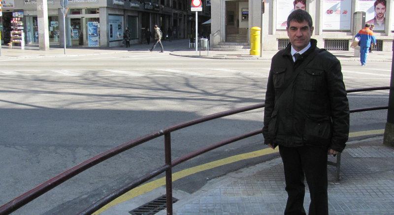 Girona. El regidor de mobilitat, Joan Alcalà, a la cantonada de la plaça Marquès de Camps amb Gran Via on anirà el nou carril bici.