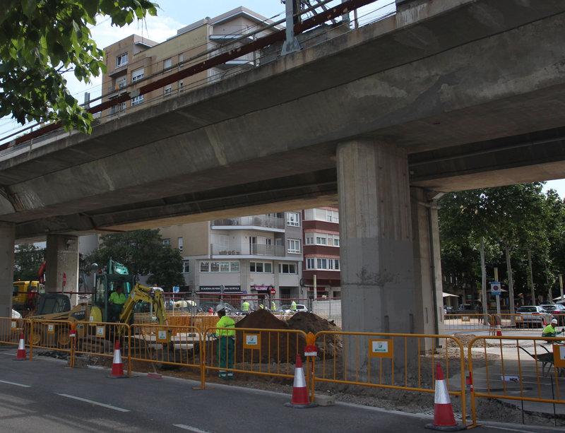 L'alcaldessa de Girona, Marta Madrenas, i el regidor de mobilitat, Joan Alcalà, presenten a sota el viaducte davant la plaça Poeta Marquina l'inici de les obres per fer el carril bici des d'aquest punt fins a Pedret.