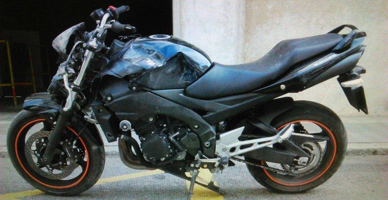 La moto que conduïa un noi de Roses de 22 anys, que ha mort en un xoc amb un ciclista, a qui va intentar esquivar. El sinistre ha tingut lloc a prop de la plaça Llevant.  Foto: El Punt Avui